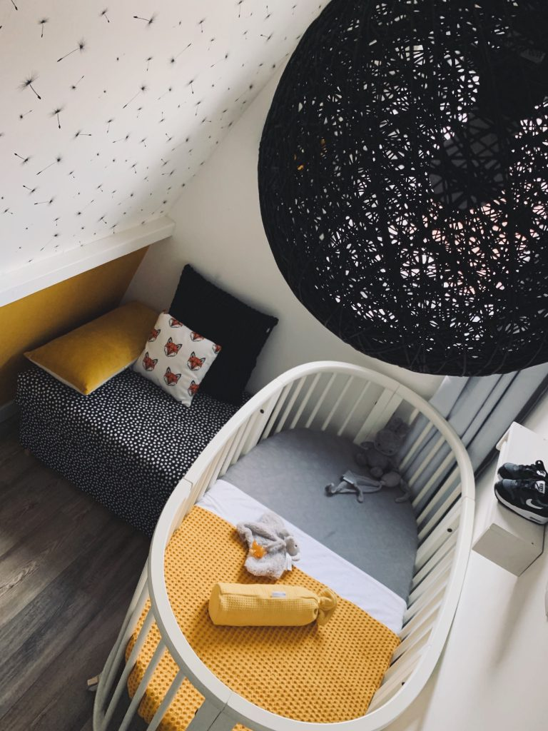 Babykamer oker, zwart en wit - overzicht bovenaf