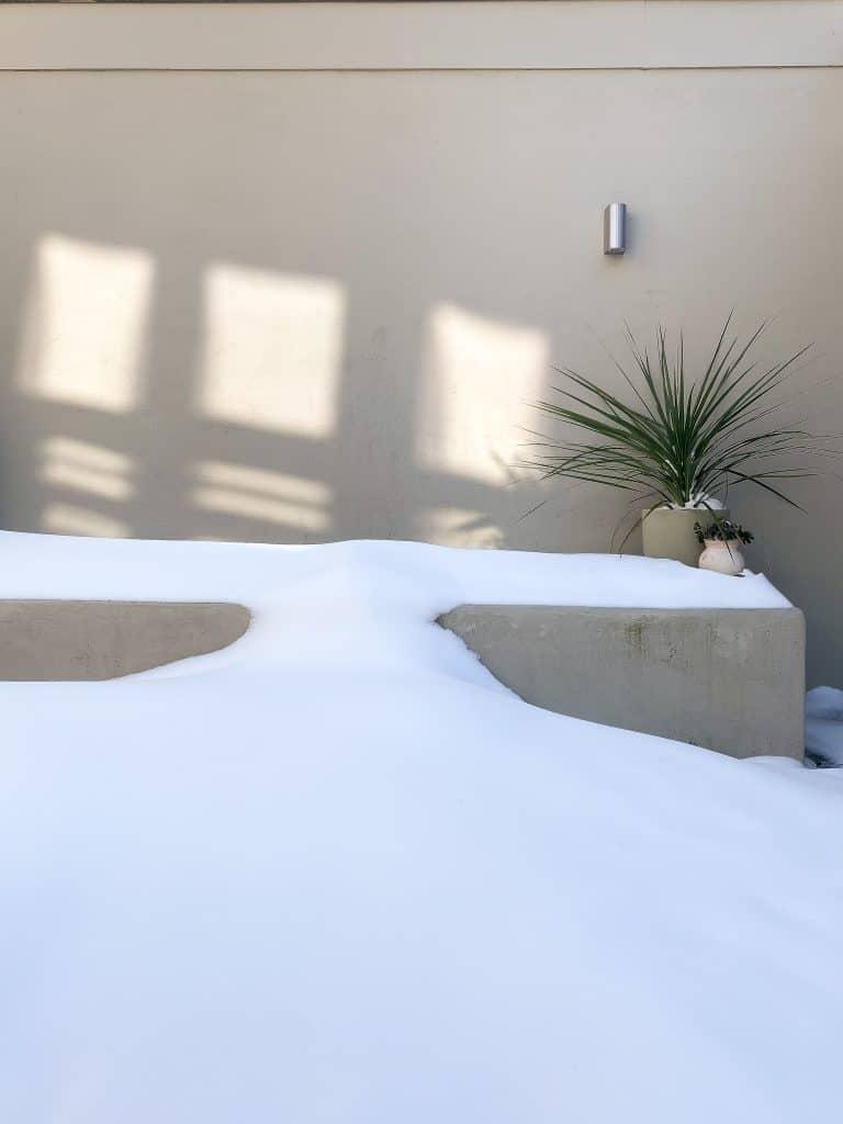 Mediterrane buitenbank - sneeuw - zon